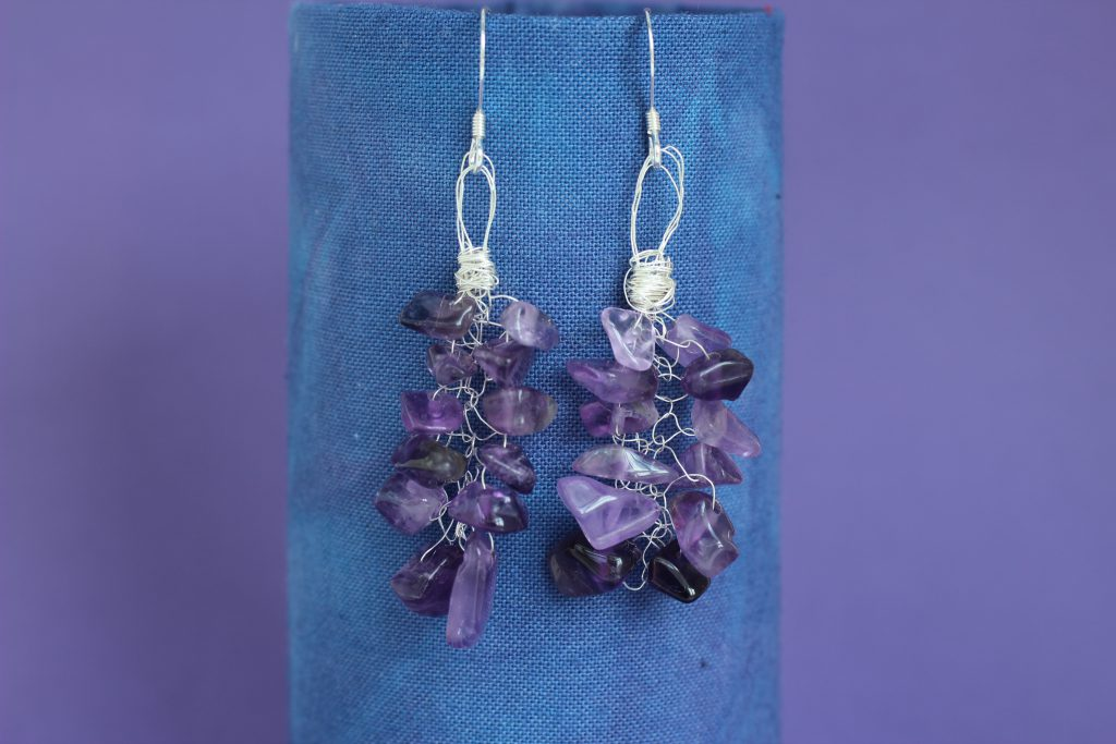 amethyst_knitted_earrings_hanging